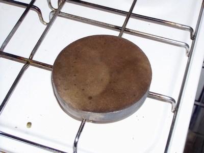 Piastra di ferro riscaldata sul fuoco