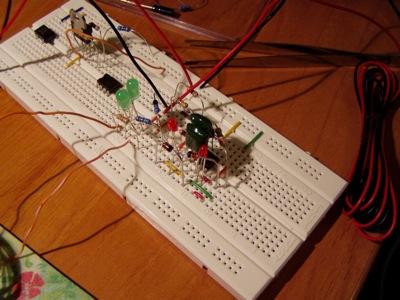 Test con un circuito migliorato, dopo i suggerimenti di Davide Bucci, l'autore del software FidoCadJ. Sono presenti i led di sicurezza.