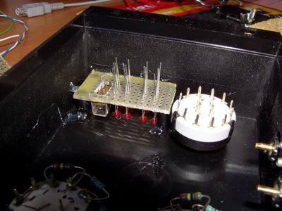 La scheda figlia applicata con della colla a caldo vicino al selettore della modalità di funzionamento.