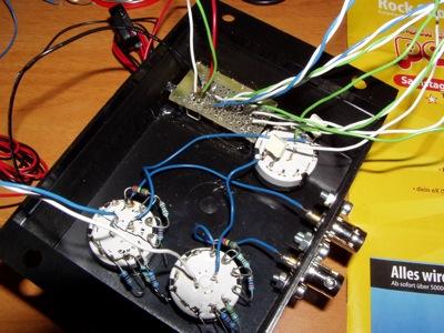 I primi fili collegati dentro alla scatola in cui sono già presenti i due attacchi coassiali per gli ingressi.