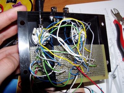 La scatola con tutti i cavi e le due schede millefori per un test prima della chiusura. Si vede la connessione con un jack per l'uscita del segnale.