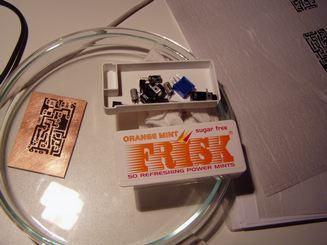I vari componenti con la scheda segnata dall'inchiostro laser