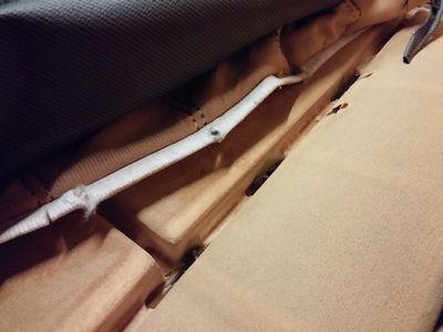 Fissaggio del sedile alla spugna con anellini, guida di tessuto e stecchetta (non mostrata)