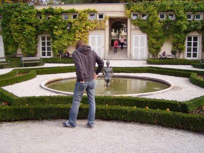 Michele che è rimasto impressionato dalla statua zampillante della fontana.
