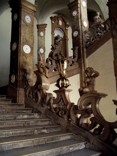 Una scala barocca di un palazzo del giardino Mirabel.