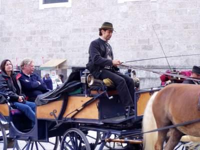 Un fantino che incita il cavallo.