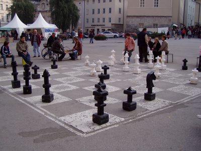Scacchiera nella piazza del Duomo.