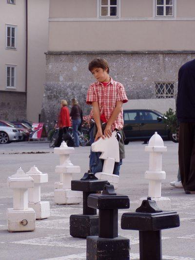 Scacchiera nella piazza del Duomo e giocatore.