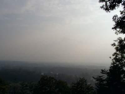 A prima vista non si vede, ma c'è una montagna dietro le nuvole (foto troppo scura, dal vivo era molto più luminoso e vedere la montagna era difficile).