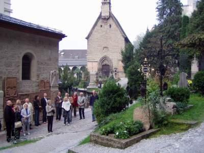 Cimitero, con tombe nella terra come è uso locale.