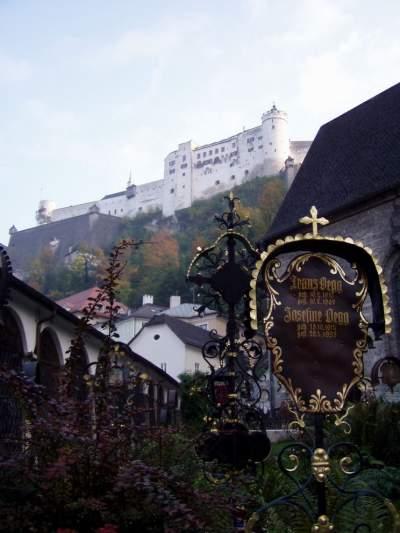 Vista di cimitero e castello assieme.